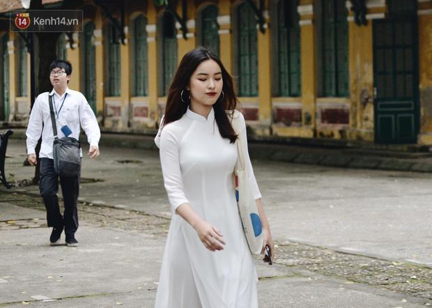 Đặc sản mùa bế giảng: Con gái Hà Nội chỉ cần diện áo dài trắng thôi là xinh hết phần người khác rồi! - Ảnh 19.