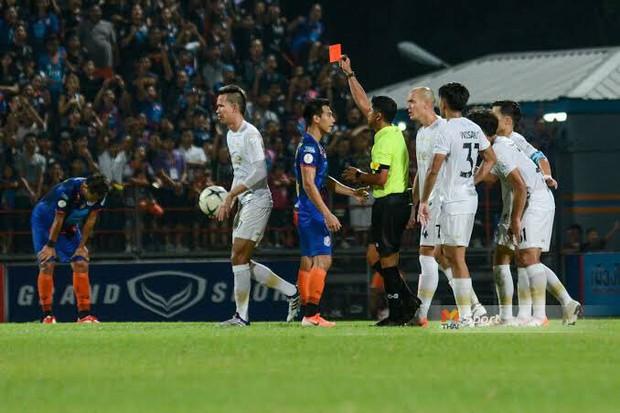 Tuyển thủ Thái Lan nhận hậu quả bẽ bàng sau pha đánh lén trọng tài: treo giò 8 trận, nộp phạt gần 90 triệu VNĐ, mất cơ hội đá Kings Cup - Ảnh 3.