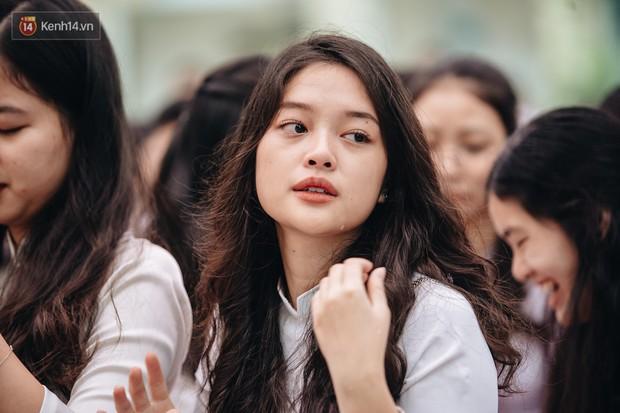 Những khoảnh khắc đẹp nhất mùa bế giảng tại Hà Nội: Dàn nữ sinh khóc lóc bù lu bù loa vẫn giữ được nét xinh xắn đến xao lòng - Ảnh 6.