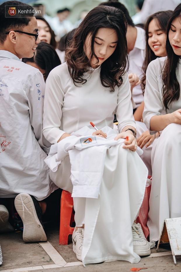 Những khoảnh khắc đẹp nhất mùa bế giảng tại Hà Nội: Dàn nữ sinh khóc lóc bù lu bù loa vẫn giữ được nét xinh xắn đến xao lòng - Ảnh 8.