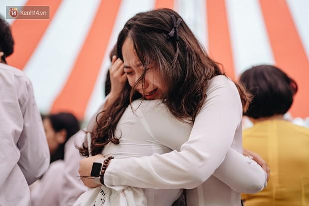 Những khoảnh khắc đẹp nhất mùa bế giảng tại Hà Nội: Dàn nữ sinh khóc lóc bù lu bù loa vẫn giữ được nét xinh xắn đến xao lòng - Ảnh 10.