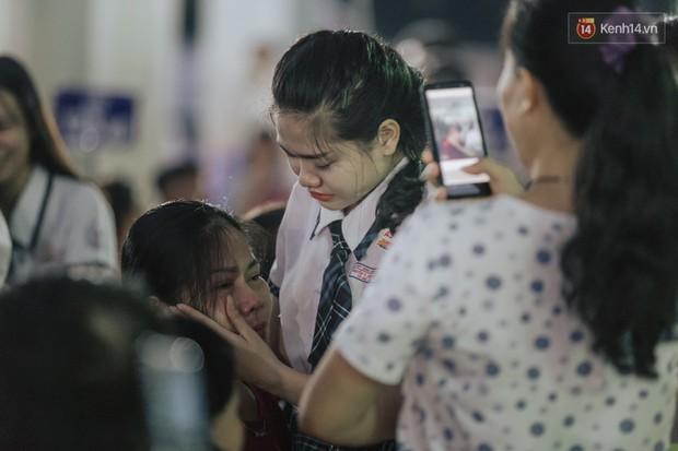 Nữ sinh hot nhất MXH Võ Ngọc Trân cùng bạn bè đội mưa tri ân thầy cô và cha mẹ - Ảnh 9.
