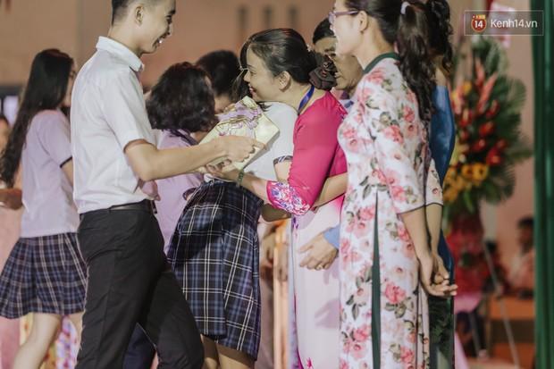Nữ sinh hot nhất MXH Võ Ngọc Trân cùng bạn bè đội mưa tri ân thầy cô và cha mẹ - Ảnh 1.