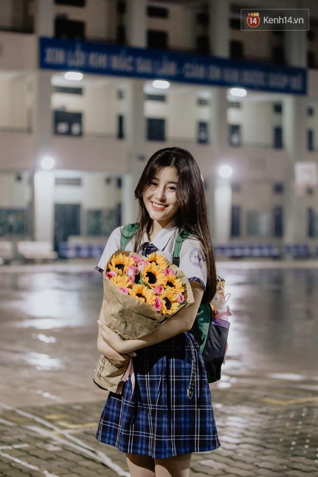 Nữ sinh hot nhất MXH Võ Ngọc Trân cùng bạn bè đội mưa tri ân thầy cô và cha mẹ - Ảnh 6.