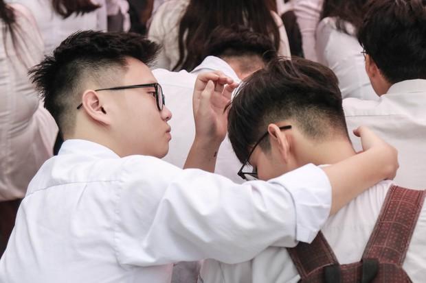 Những khoảnh khắc đẹp nhất mùa bế giảng tại Hà Nội: Dàn nữ sinh khóc lóc bù lu bù loa vẫn giữ được nét xinh xắn đến xao lòng - Ảnh 13.