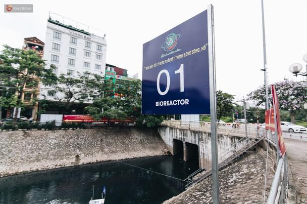 Sau một tuần dùng công nghệ nano làm sạch sông Tô Lịch, người dân vẫn tiếp tục vứt rác xuống - Ảnh 2.
