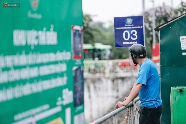 Sau một tuần dùng công nghệ nano làm sạch sông Tô Lịch, người dân vẫn tiếp tục vứt rác xuống - Ảnh 8.