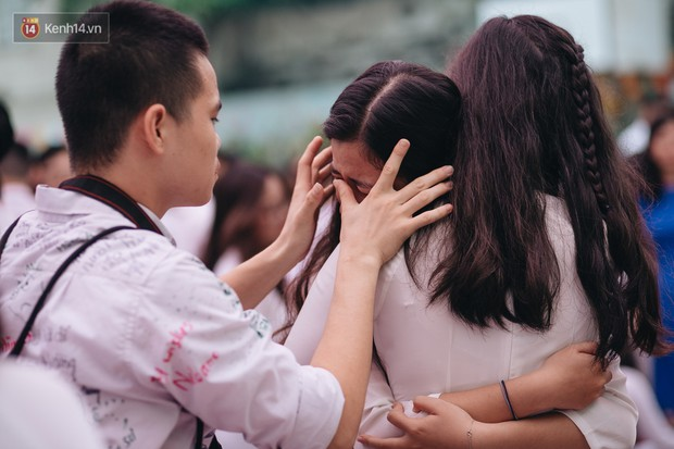 Những khoảnh khắc đẹp nhất mùa bế giảng tại Hà Nội: Dàn nữ sinh khóc lóc bù lu bù loa vẫn giữ được nét xinh xắn đến xao lòng - Ảnh 12.