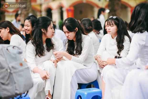Những khoảnh khắc đẹp nhất mùa bế giảng tại Hà Nội: Dàn nữ sinh khóc lóc bù lu bù loa vẫn giữ được nét xinh xắn đến xao lòng - Ảnh 3.