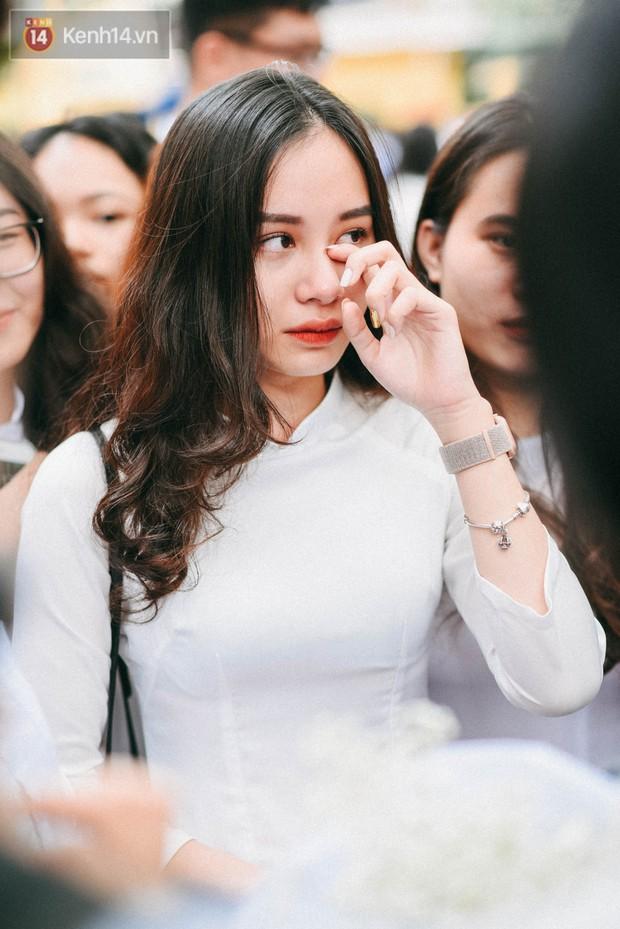 Những khoảnh khắc đẹp nhất mùa bế giảng tại Hà Nội: Dàn nữ sinh khóc lóc bù lu bù loa vẫn giữ được nét xinh xắn đến xao lòng - Ảnh 7.