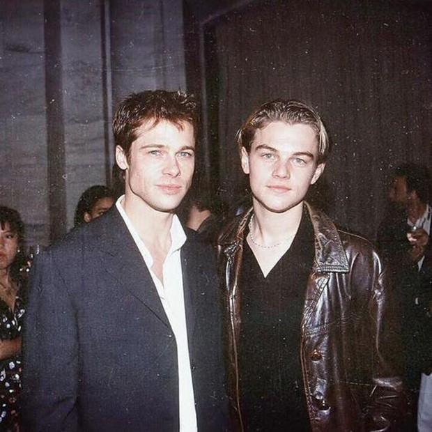 Choáng với ảnh Brad Pitt và Leonardo hiện tại và 30 năm trước: Vẫn xứng danh cặp tài tử sát gái nhất Hollywood! - Ảnh 1.