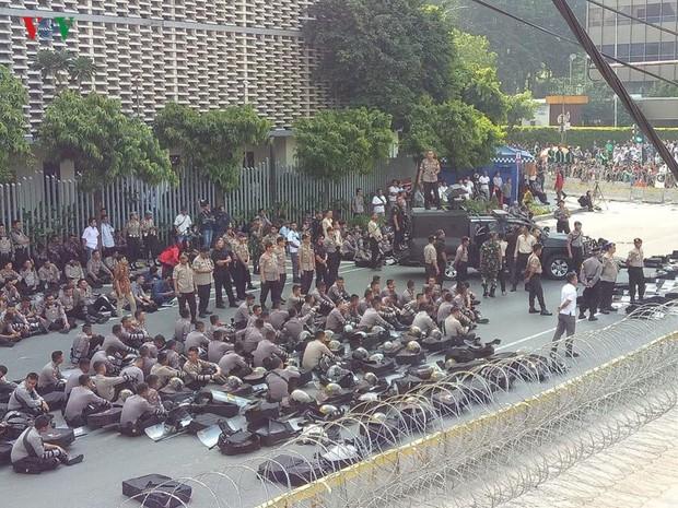 Người biểu tình đổ về thủ đô, Jakarta cảnh báo an ninh cấp độ 1 - Ảnh 1.