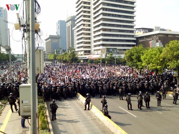 Người biểu tình đổ về thủ đô, Jakarta cảnh báo an ninh cấp độ 1 - Ảnh 2.