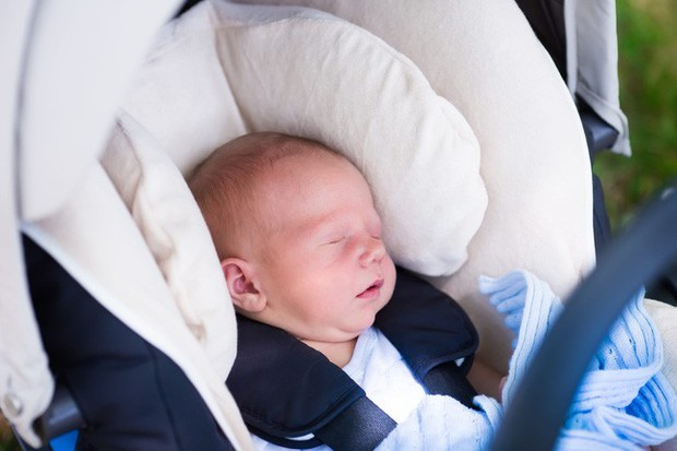 Đưa con mới sinh từ bệnh viện về nhà, bố mẹ lơ đễnh... quên cả con trên xe taxi - Ảnh 1.