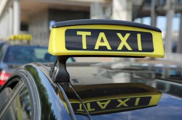 Đưa con mới sinh từ bệnh viện về nhà, bố mẹ lơ đễnh... quên cả con trên xe taxi - Ảnh 2.