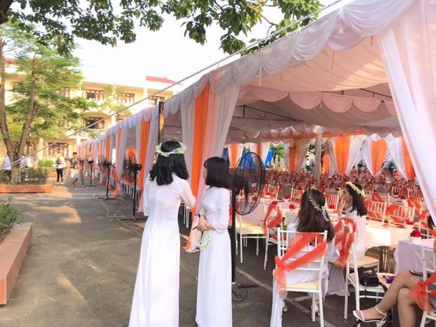 Hiểu được tâm lý có thực mới vực được đạo của học trò, trường người ta mở hẳn bữa tiệc bày cả trăm mâm cỗ trong lễ bế giảng - Ảnh 1.