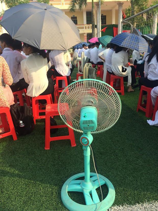 Hình ảnh bá đạo nhất mùa bế giảng: Lớp học ở Nam Định mang hẳn quạt ở nhà đến trường để… chống nóng! - Ảnh 1.