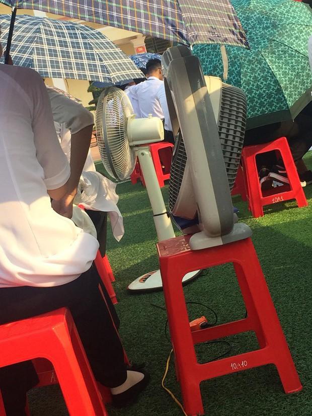 Hình ảnh bá đạo nhất mùa bế giảng: Lớp học ở Nam Định mang hẳn quạt ở nhà đến trường để… chống nóng! - Ảnh 2.