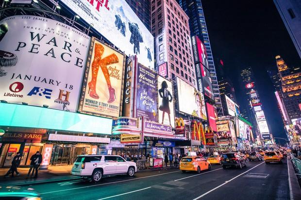 Bạn có thể phạm pháp và bị phạt nặng nếu vừa băng qua đường vừa bấm điện thoại ở New York - Ảnh 3.