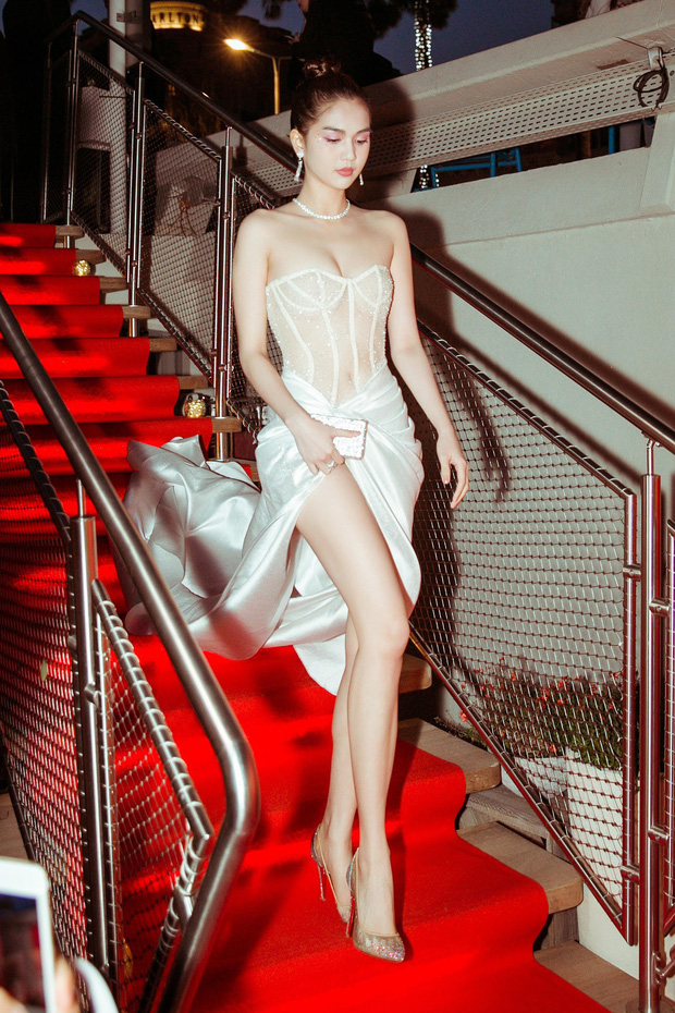 Ngọc Trinh xuất hiện gợi cảm, chọn mốt hở trên kín dưới sau màn khoe thân cực sốc trên thảm đỏ Cannes - Ảnh 1.