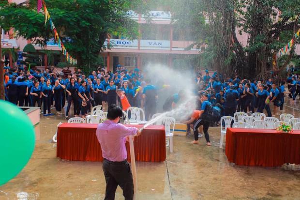 Thấy học sinh dùng súng nước bắn nhau ngày bế giảng, thầy hiệu phó mang hẳn vòi cứu hoả ra phun nước chống lại toàn trường! - Ảnh 1.
