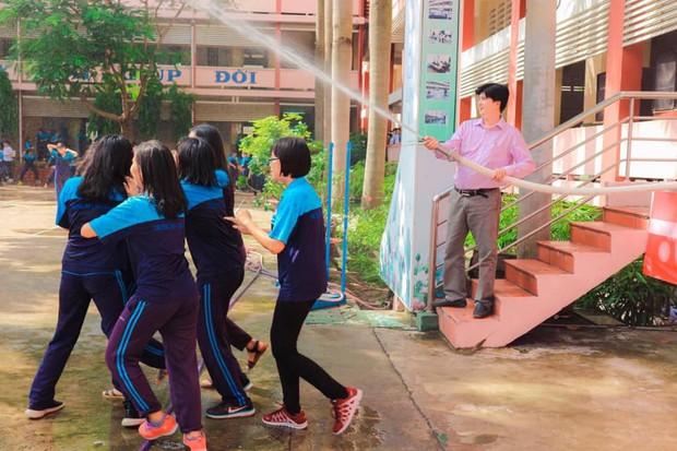 Thấy học sinh dùng súng nước bắn nhau ngày bế giảng, thầy hiệu phó mang hẳn vòi cứu hoả ra phun nước chống lại toàn trường! - Ảnh 2.