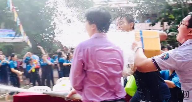 Thấy học sinh dùng súng nước bắn nhau ngày bế giảng, thầy hiệu phó mang hẳn vòi cứu hoả ra phun nước chống lại toàn trường! - Ảnh 4.