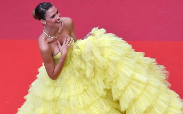 Sự cố hy hữu trên thảm đỏ Cannes: Mải mê tạo dáng, mẫu Brazil bị tụt váy, lộ gần cả vòng 1 trước hàng trăm con mắt - Ảnh 2.