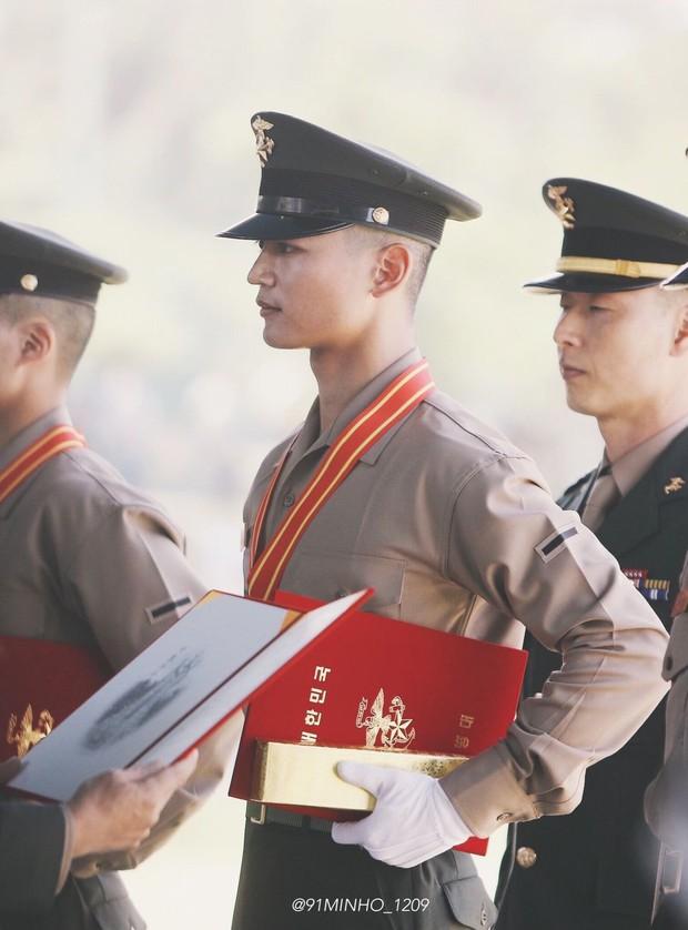 Hàng nghìn người đang phát sốt vì nam thần Kpop nhận bằng quân đội mà đẹp thần thánh như cắt ra từ phim điện ảnh - Ảnh 11.