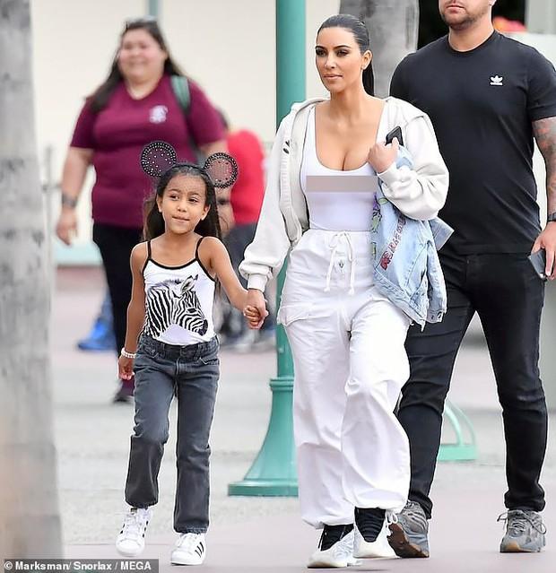 Đã đụng hàng lại còn cùng thả rông, vậy mà Kim Kardashian lại bị mỹ nhân Hollywood nóng bỏng này chặt đẹp - Ảnh 2.
