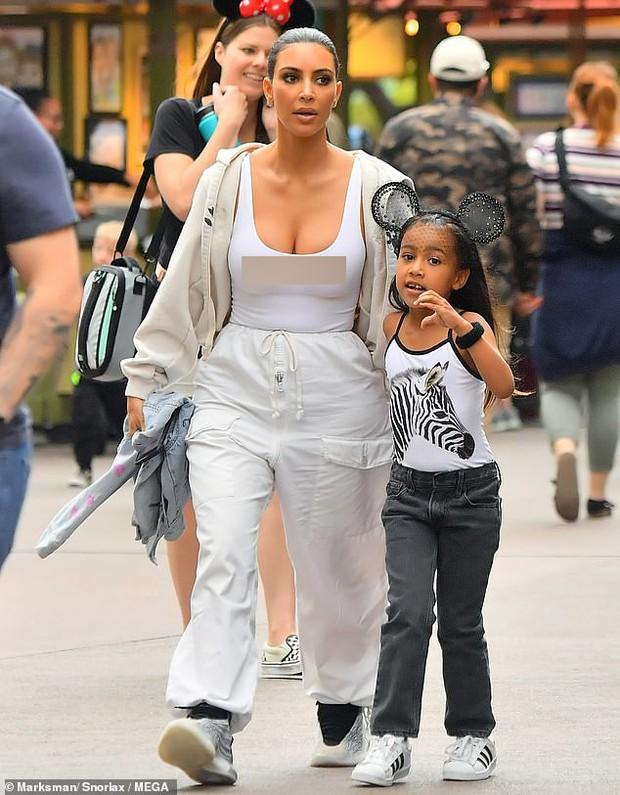 Đã đụng hàng lại còn cùng thả rông, vậy mà Kim Kardashian lại bị mỹ nhân Hollywood nóng bỏng này chặt đẹp - Ảnh 3.