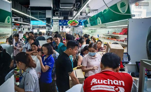 Không chỉ gây sốc khi thản nhiên bóc đồ, vứt bừa bãi tại siêu thị Auchan, một số người còn giả vờ vào mua để trộm cắp hàng hóa - Ảnh 4.