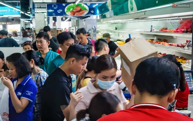 Không chỉ gây sốc khi thản nhiên bóc đồ, vứt bừa bãi tại siêu thị Auchan, một số người còn giả vờ vào mua để trộm cắp hàng hóa - Ảnh 9.