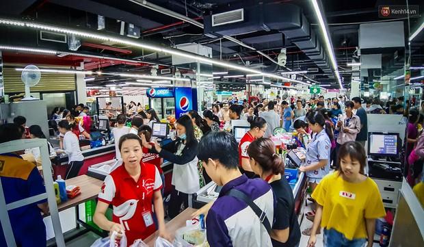Không chỉ gây sốc khi thản nhiên bóc đồ, vứt bừa bãi tại siêu thị Auchan, một số người còn giả vờ vào mua để trộm cắp hàng hóa - Ảnh 2.