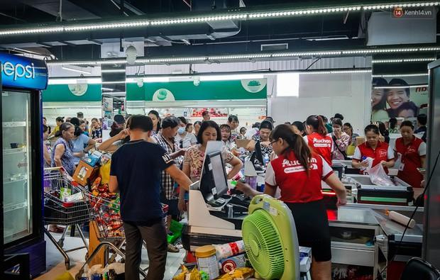 Không chỉ gây sốc khi thản nhiên bóc đồ, vứt bừa bãi tại siêu thị Auchan, một số người còn giả vờ vào mua để trộm cắp hàng hóa - Ảnh 3.