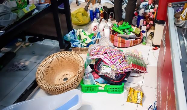 Không chỉ gây sốc khi thản nhiên bóc đồ, vứt bừa bãi tại siêu thị Auchan, một số người còn giả vờ vào mua để trộm cắp hàng hóa - Ảnh 6.