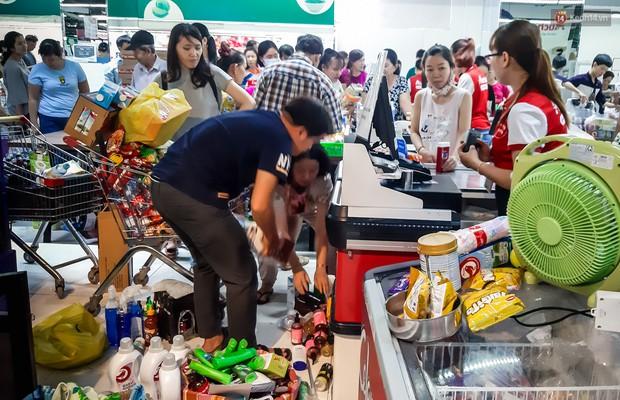 Không chỉ gây sốc khi thản nhiên bóc đồ, vứt bừa bãi tại siêu thị Auchan, một số người còn giả vờ vào mua để trộm cắp hàng hóa - Ảnh 5.