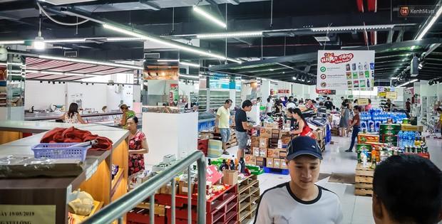 Không chỉ gây sốc khi thản nhiên bóc đồ, vứt bừa bãi tại siêu thị Auchan, một số người còn giả vờ vào mua để trộm cắp hàng hóa - Ảnh 7.