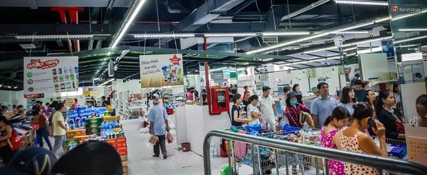 Không chỉ gây sốc khi thản nhiên bóc đồ, vứt bừa bãi tại siêu thị Auchan, một số người còn giả vờ vào mua để trộm cắp hàng hóa - Ảnh 8.