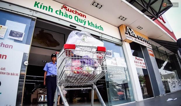 Không chỉ gây sốc khi thản nhiên bóc đồ, vứt bừa bãi tại siêu thị Auchan, một số người còn giả vờ vào mua để trộm cắp hàng hóa - Ảnh 18.