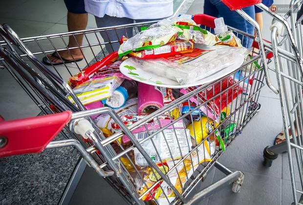 Không chỉ gây sốc khi thản nhiên bóc đồ, vứt bừa bãi tại siêu thị Auchan, một số người còn giả vờ vào mua để trộm cắp hàng hóa - Ảnh 11.