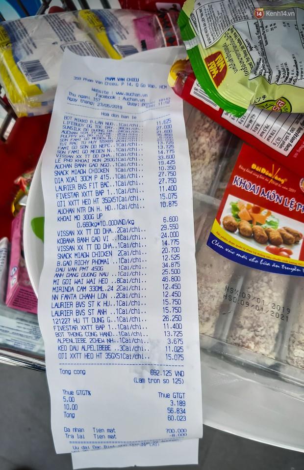 Không chỉ gây sốc khi thản nhiên bóc đồ, vứt bừa bãi tại siêu thị Auchan, một số người còn giả vờ vào mua để trộm cắp hàng hóa - Ảnh 12.