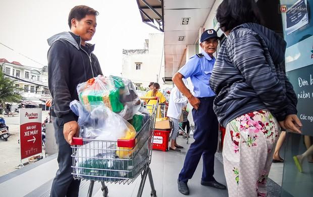 Không chỉ gây sốc khi thản nhiên bóc đồ, vứt bừa bãi tại siêu thị Auchan, một số người còn giả vờ vào mua để trộm cắp hàng hóa - Ảnh 16.