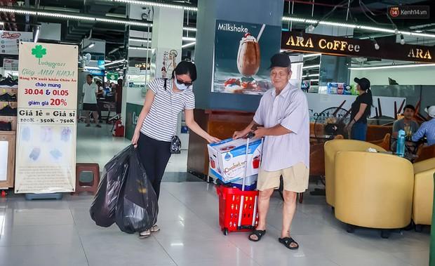 Không chỉ gây sốc khi thản nhiên bóc đồ, vứt bừa bãi tại siêu thị Auchan, một số người còn giả vờ vào mua để trộm cắp hàng hóa - Ảnh 15.
