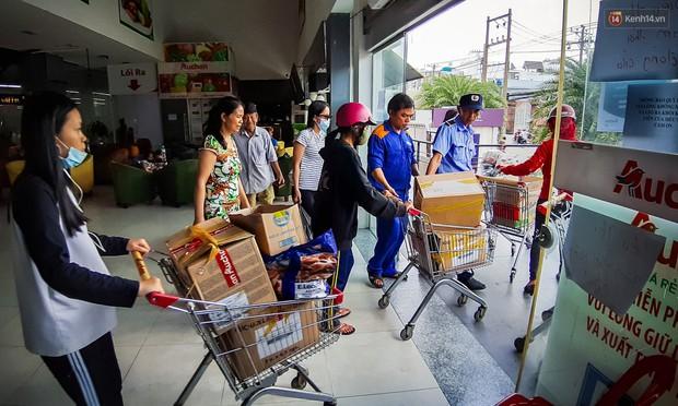 Không chỉ gây sốc khi thản nhiên bóc đồ, vứt bừa bãi tại siêu thị Auchan, một số người còn giả vờ vào mua để trộm cắp hàng hóa - Ảnh 14.