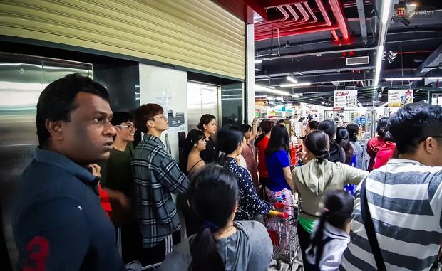 Không chỉ gây sốc khi thản nhiên bóc đồ, vứt bừa bãi tại siêu thị Auchan, một số người còn giả vờ vào mua để trộm cắp hàng hóa - Ảnh 17.