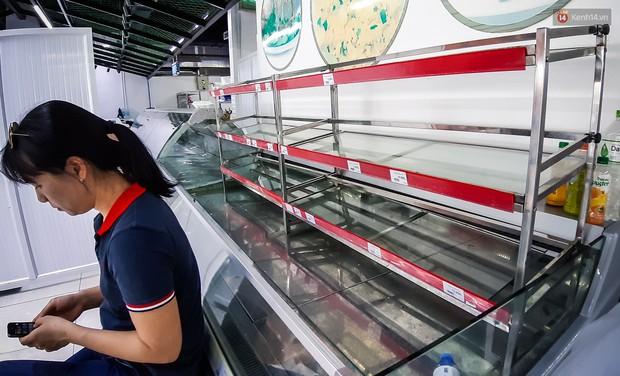 Không chỉ gây sốc khi thản nhiên bóc đồ, vứt bừa bãi tại siêu thị Auchan, một số người còn giả vờ vào mua để trộm cắp hàng hóa - Ảnh 13.
