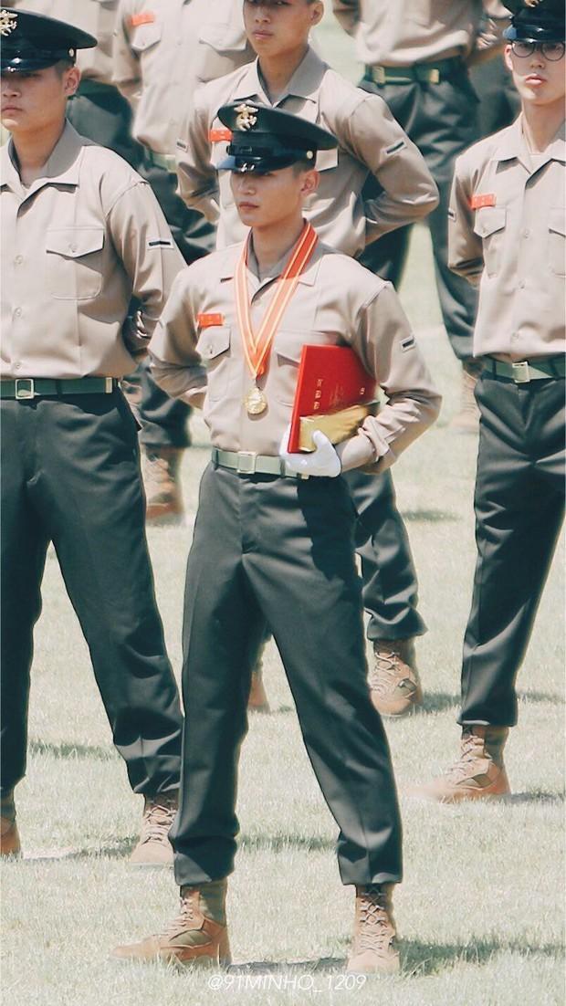 Hàng nghìn người đang phát sốt vì nam thần Kpop nhận bằng quân đội mà đẹp thần thánh như cắt ra từ phim điện ảnh - Ảnh 3.