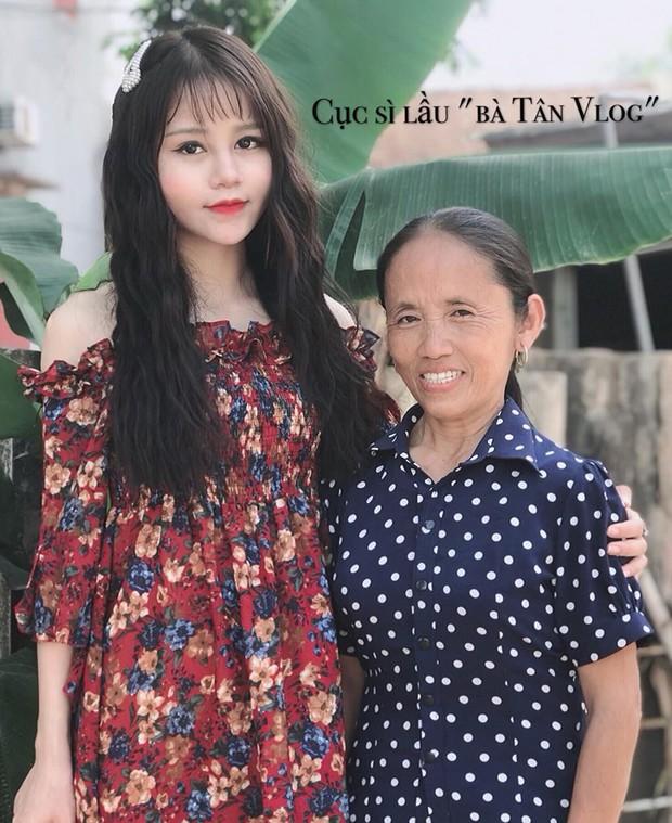 """Cô gái hay xuất hiện trong các vlog của Bà Tân bị """"ném đá"""" vì make-up quá đậm, là ai? - Ảnh 1."""