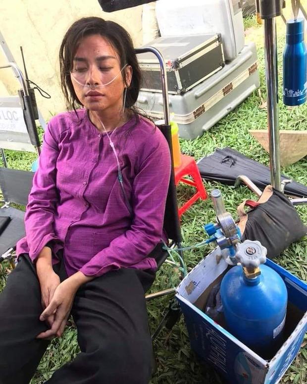 Vất vả như Ngô Thanh Vân trên phim trường Hai Phượng: Bệnh mà không dám đi bệnh viện, phải thở bình oxy cho đỡ tốn chi phí - Ảnh 2.